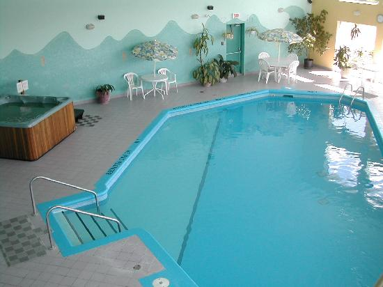 Hotel Vacances Tremblant: Piscine Pool and whirlpool