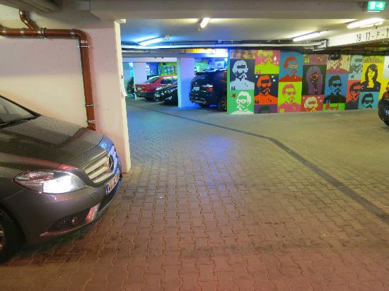 Hotel Sonne: Parking Garage