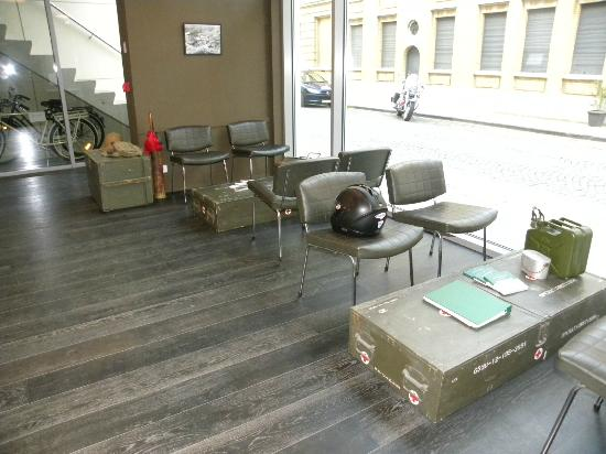 Hotel O Ieper - Grote Markt: seats at reception