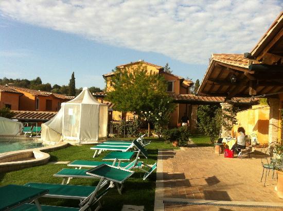 Hotel Saturno Fonte Pura: Reception con piscina e sdraio