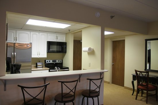 Brentwood on 2nd: Kitchen of King Suite with kitchen