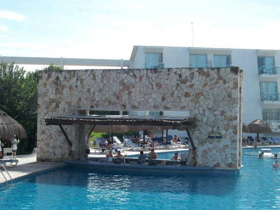 Grand Sirenis Riviera Maya Resort & Spa: Pool Bar at Pool 3