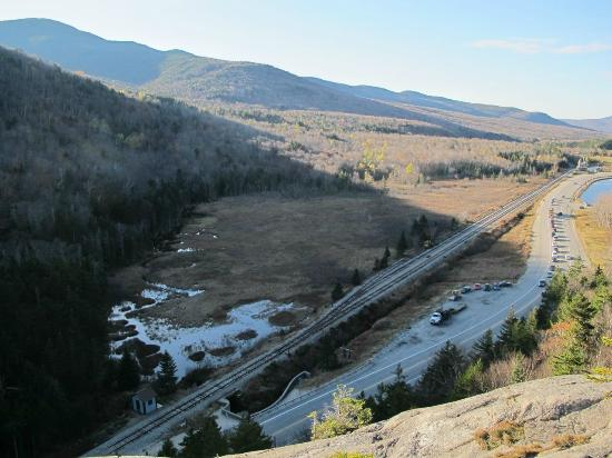 Crawford Notch State Park: Elephant Headから302号線を見下ろす。