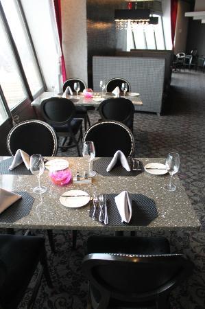 Nick & Nino's Penthouse Steakhouse: nice tables