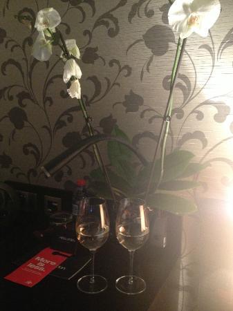The Hide London: Weingläser auf dem Schreibtisch.