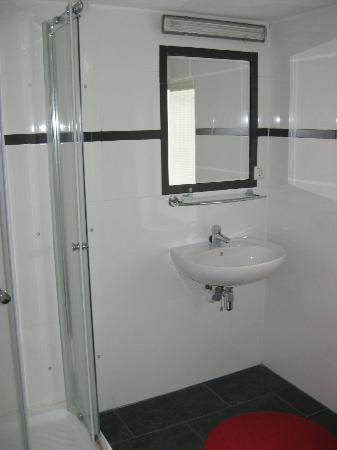 Bordeaux Bed and Breakfast: spacious bathroom
