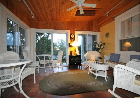 Greenleaf Inn at Boothbay Harbor: Conservatory/sun room, Admirals Quarters