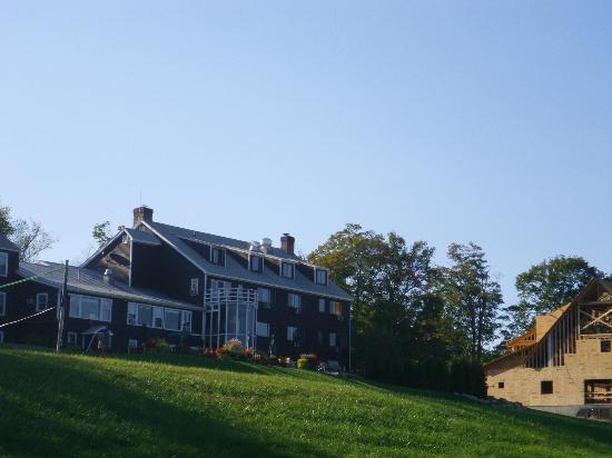 The Mountain Top Inn & Resort: Vue de l'hôtel depuis le chemin pour la plage