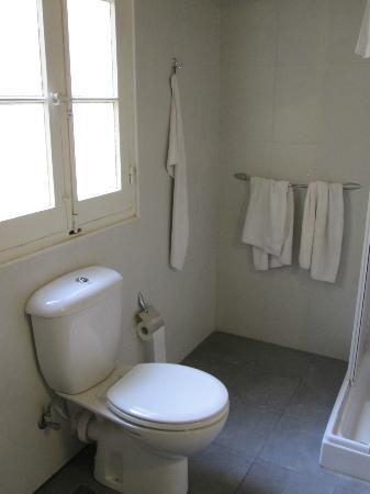 Astra Hotel: Bathroom