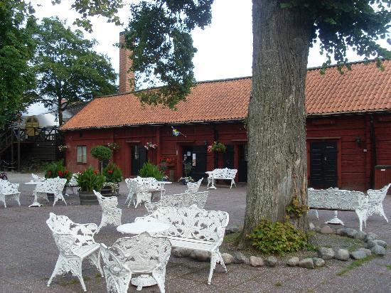 Uto Vardshus Restaurang : Ute planen