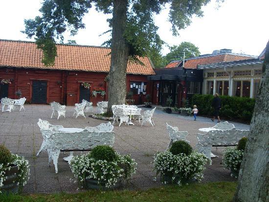 Uto Vardshus Restaurang : Uteplatsen mot butiken