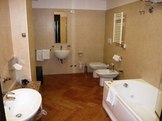 Baia Taormina-Grand Palace Hotel & Spa: La salle de bains (suite)
