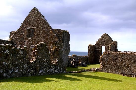 Dunluce Castle: Grassy area