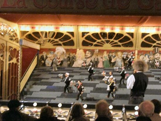 Musee des Arts Forains: Waiter race powered by balls into slots