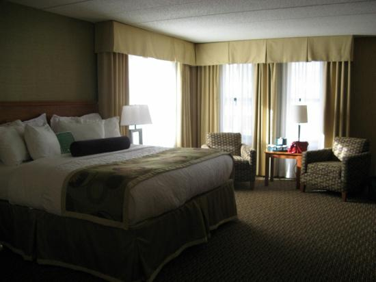 The Inn on Lake Superior: King Whirlpool Suite city view (corner)