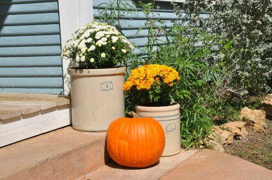 Settlers Crossing Bed and Breakfast: Fall Decor added a touch of class