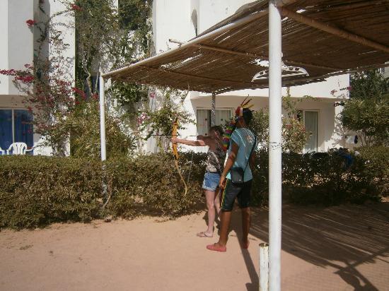 Hotel Djerba Les Dunes: tir à l'arc avec abdel