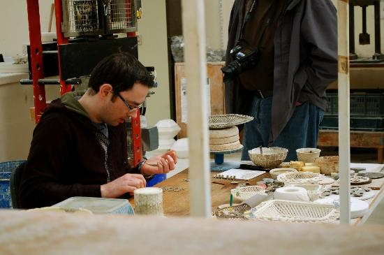 Belleek Pottery & Visitor Centre: Working on rosettes