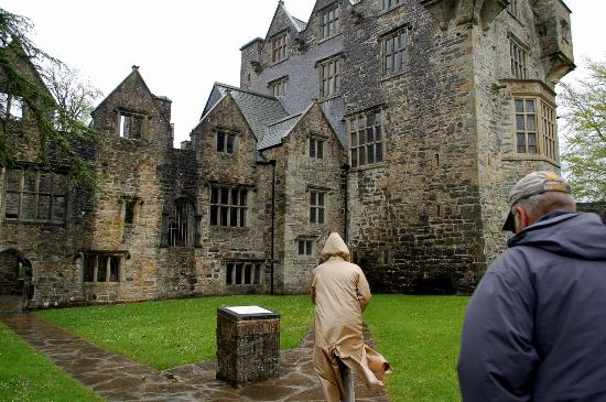 Donegal Castle: Outside in the courtyard