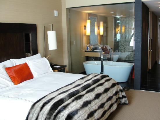 Viceroy Snowmass: bed next to glass wall bathroom