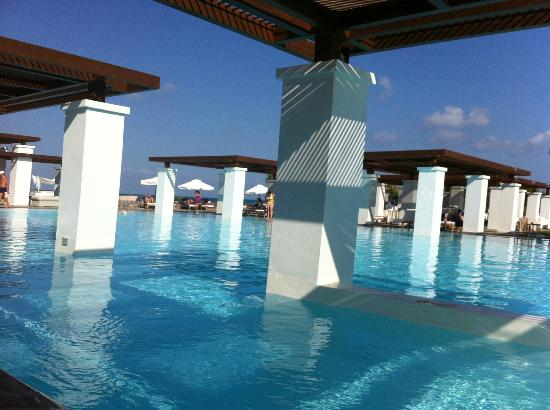 Amirandes, Grecotel Exclusive Resort: Midday at the pool.