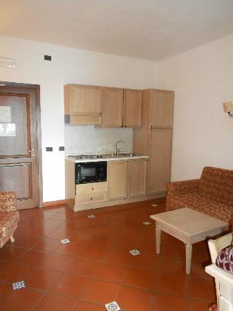 Hotel Filippo II: Kitchen area and door to hallway
