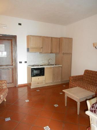 Hotel Filippo II: Kitchen area and door to hallway 