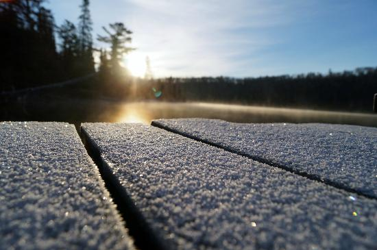 Bearskin Lodge: Morning frost on our dock