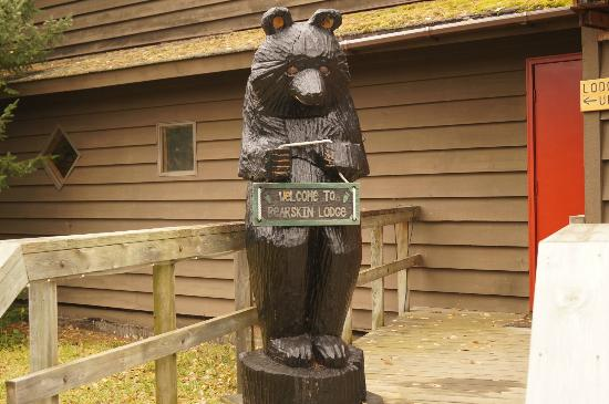 Bearskin Lodge: Bearskin welcome bear