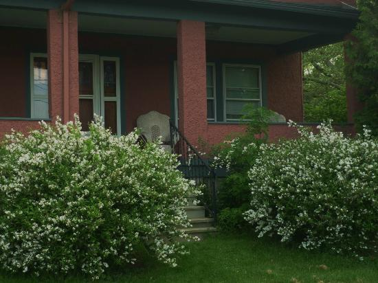 1922 Starkey House Bed & Breakfast Inn: Beautiful springtime gardens at the eastern entrance