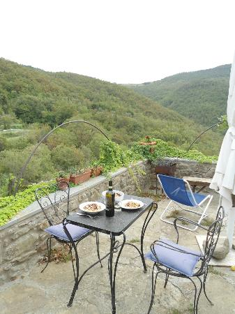 Novole: La terrazza dell'appartamentino. Che meraviglia! Relax, Buon cibo, Buon Vino, Buona Compagnia!