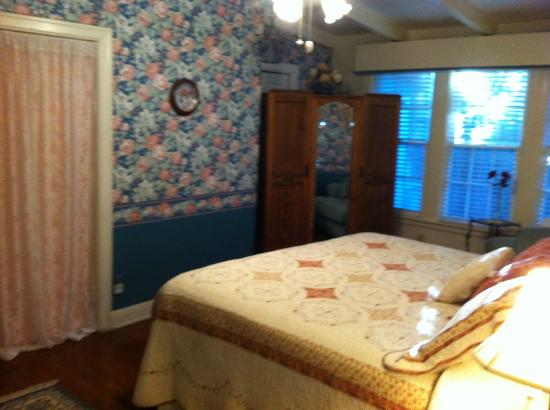 Texas SunCatchers Inn: The Rose Room