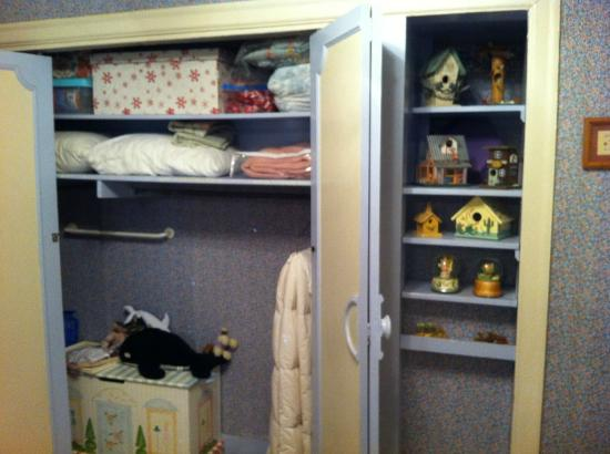 Texas SunCatchers Inn: Moon Room closet with toy chest