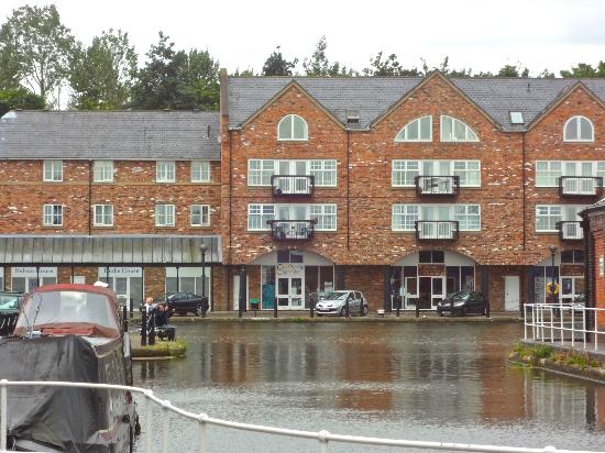 Holiday Inn Ellesmere / Cheshire Oaks: hotel from the outside
