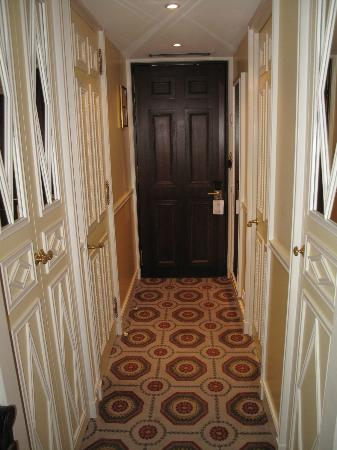 Hotel des Grands Hommes: Room entry