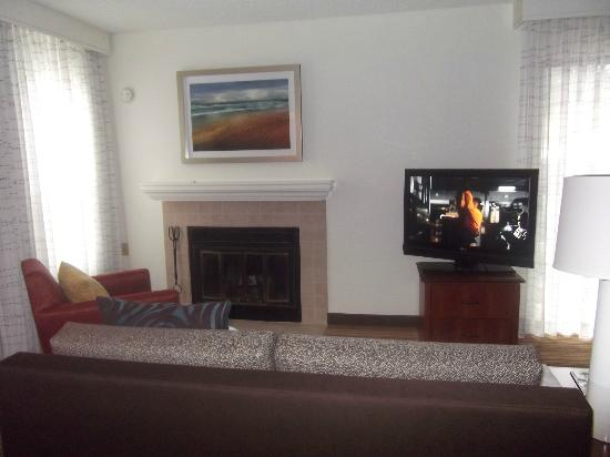 Residence Inn Los Angeles LAX/Manhattan Beach: Living room w/fireplace