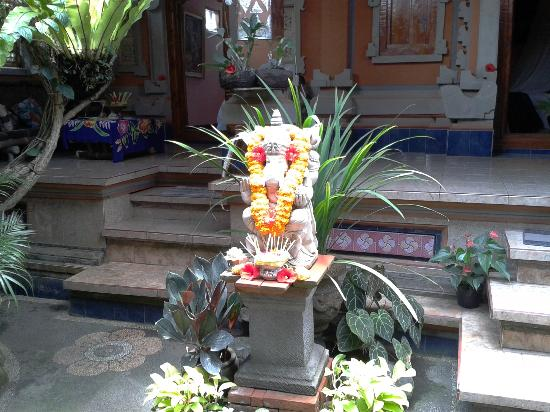 Praety Home Stay: Stone carving