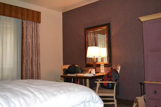 Silverton Hotel and Casino: desk in standard room