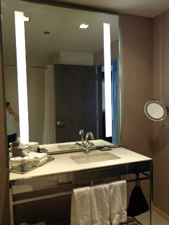 St. Jane Hotel: Large bathroom
