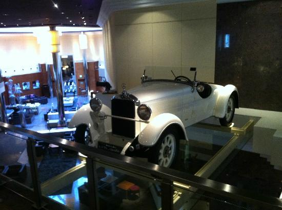 The Westin Grand Frankfurt: Um dos carros exibidos no hall.