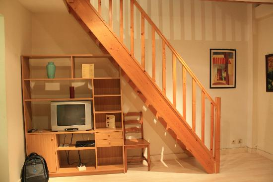 Flats Veronese: A view of the living room (TV and stairs area)