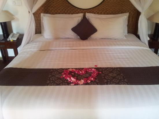 The Khayangan Villas: bed