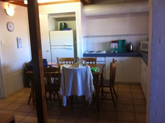 Mandurah Family Resort: Kitchen area with dining room table