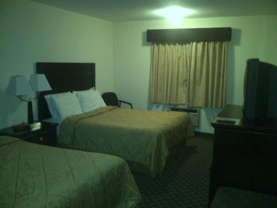 Super 8 Calgary Airport: Room