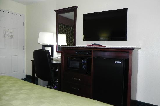 Ramada Limited Santa Cruz: 40' flat panel TV, working desk, In room microwave/refrigerator