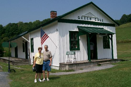 Virginia Creeper Trail: Old train depot on the trail