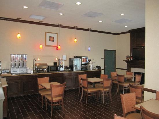 Best Western Plus First Coast Inn & Suites: Breakfast & Nightly Nachos Social Sitting Area