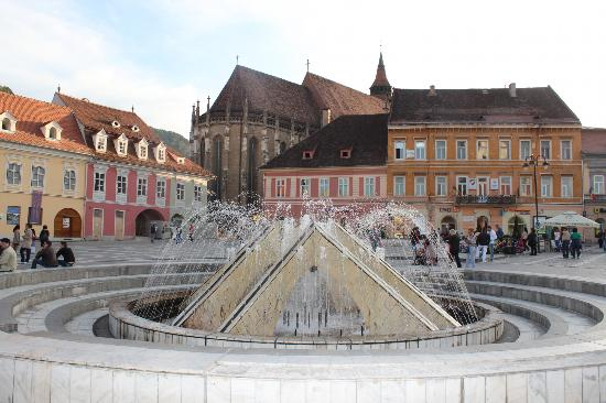 ‪‪Brasov‬, رومانيا: The fountain at Council Square