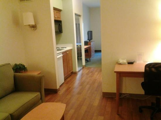 Extended Stay America - Findlay - Tiffin Avenue: Spacious living room and kitchenette