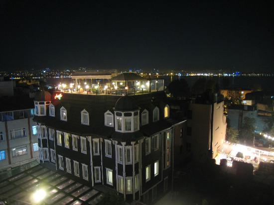 Agora Guesthouse: Night Time on the Roof
